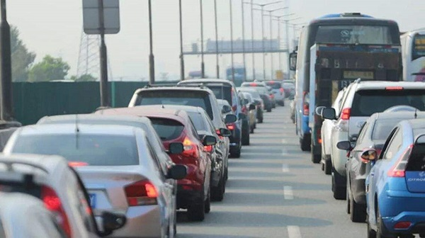 拥堵的高速公路,广告牌投放价值却突显