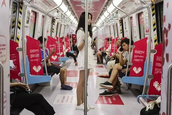 地铁广告新高度,车厢场景化营销为品牌赋能