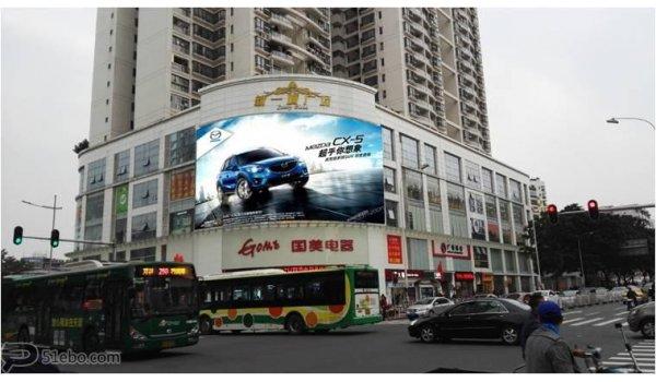 广州市江南西步行街与宝岗大道交汇处墙面大牌