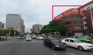 襄阳市长虹路万达与诸葛亮广场路口楼顶三面翻广告