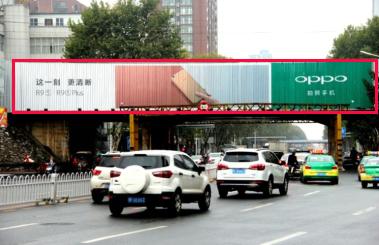 襄阳市大庆路横跨街三面翻广告