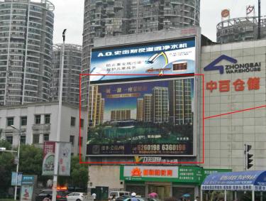 黄石市湖滨大道与天津路交汇处中百仓储墙体三面翻广告