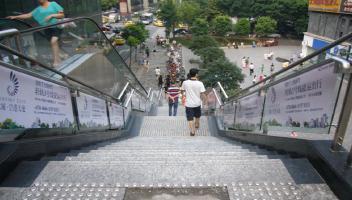 重庆1、2、3、6号线轻轨地铁玻璃扶梯广告贴