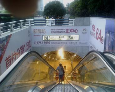 重庆1、2、3、6号线轻轨地铁出口墙贴广告