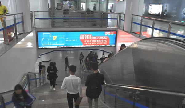 昆明地铁站内下行阶梯的顶楣上灯箱广告