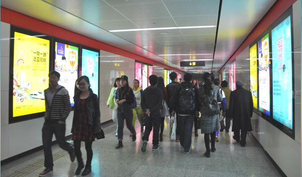 昆明地铁1号线进出站通道4封灯箱广告