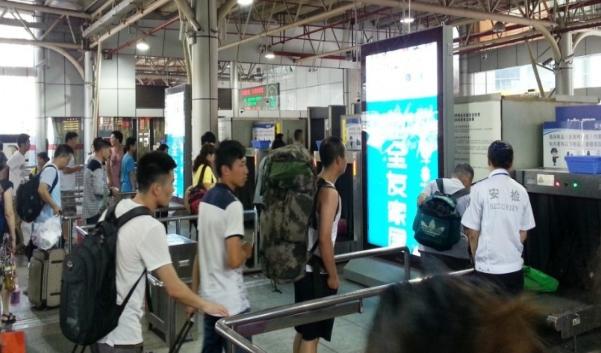 内江市高铁站安检入口处滚动灯箱广告