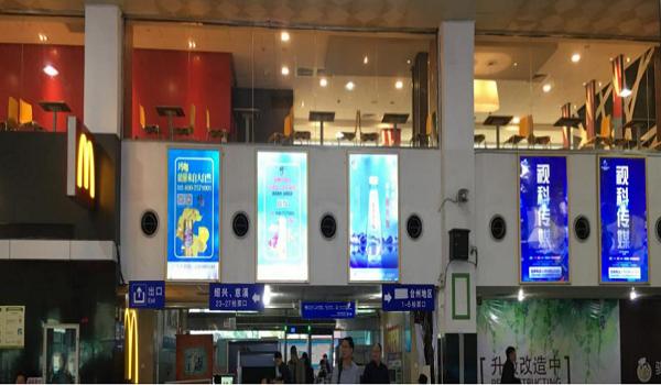 杭州市汽车南站候车大厅正后方灯箱广告位-易播网