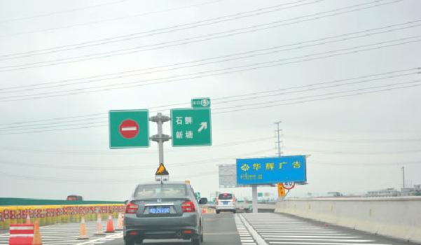 泉州市石狮出口匝道右侧三角形绿化带单立柱-易播网
