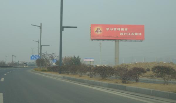 连云港市新港城大道东方之珠马路对面立柱广告-易播网