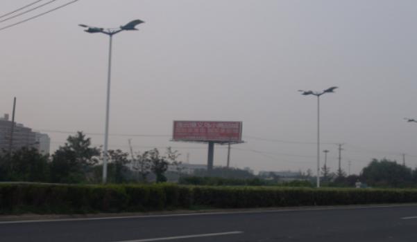 连云港市宋跳立交桥西侧三面立柱广告-易播网