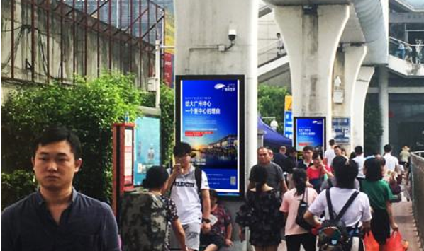 广州市滘口客运站地铁A口前方人行道包柱灯箱广告