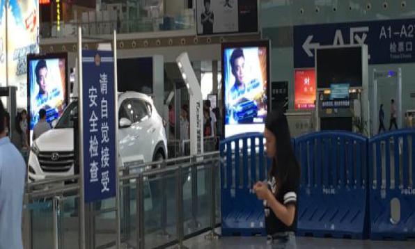 深圳市深圳北站西门安检口灯箱广告