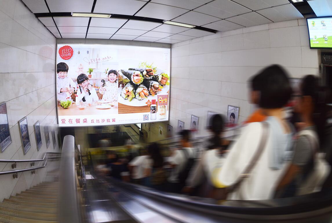 成都地铁站2号线春熙路D通道扶梯超级灯箱-易播网