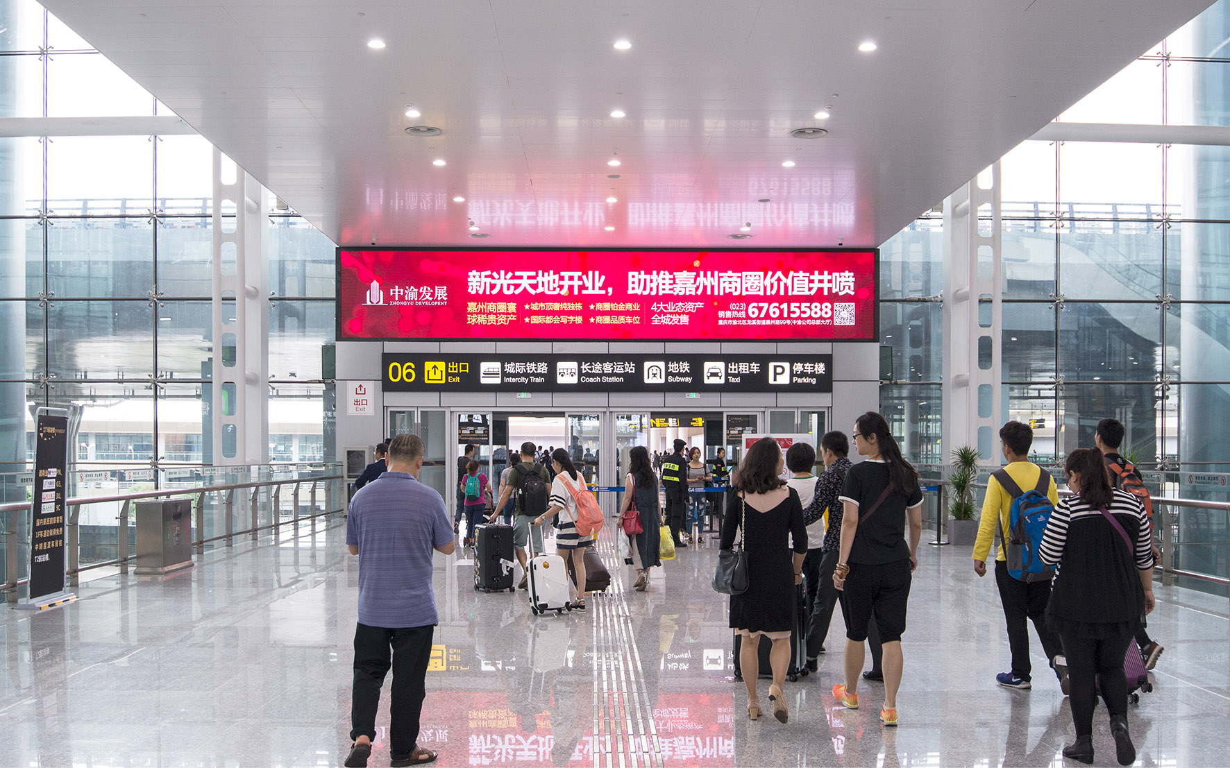 重庆机场T3A到港出口刷屏机广告
