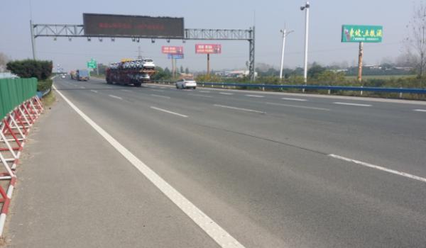 京珠高速K753许昌东区收费站南侧单立柱