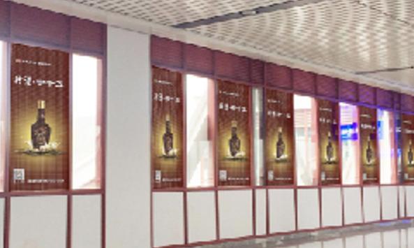 遵义市遵义高铁站进站廊两侧窗户玻璃贴广告