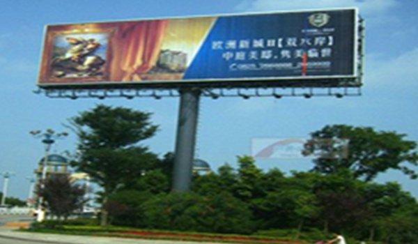 遂宁市涪江三桥西桥头南侧绿化带内三面翻单立柱广告位