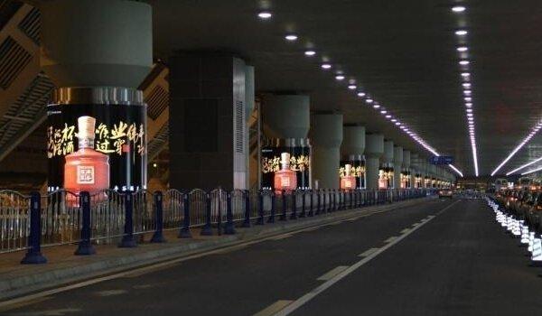 成都双流国际机场T2航站楼到达大厅出口外侧包柱灯箱广告位