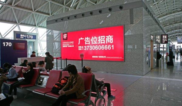 成都双流国际机场T2航站楼出发安检口墙体灯箱广告
