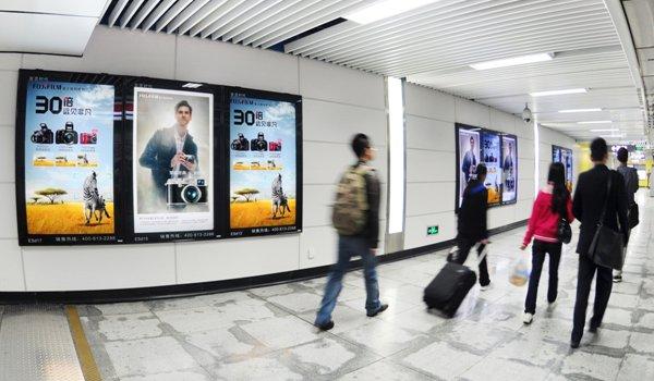 成都市地铁换乘品牌通道灯箱、大墙贴广告位