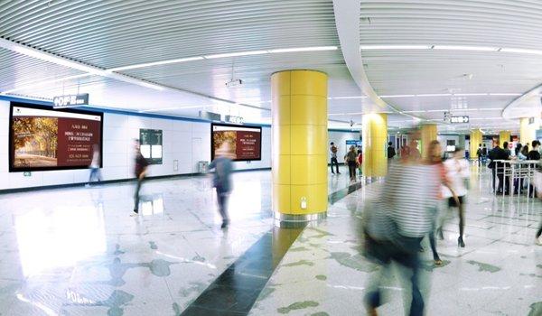 成都市天府广场地铁站换乘站厅灯箱广告位