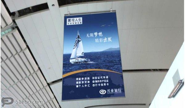 广州市白云机场出发连接楼通道挂旗广告