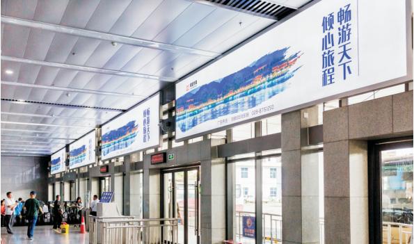 成都市都江堰客运中心检票口正上方灯箱广告