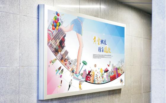 成都市都江堰客运中心候车区洗手间通道旁灯箱广告