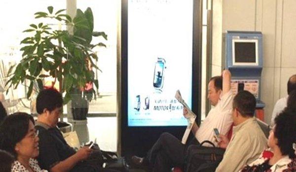 成都双流机场T1航站楼70英寸独立式数码刷屏机广告位
