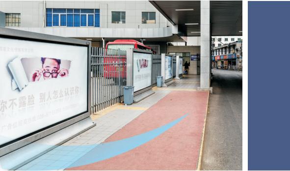 成都市都江堰客运中心下客处旁滚动灯箱广告